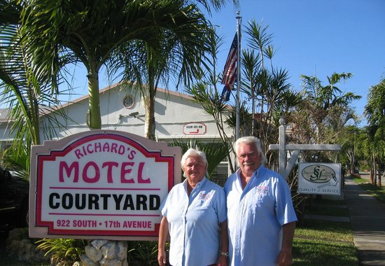 Richard's Motel Courtyard: Monsieur et Madame GIBSON
