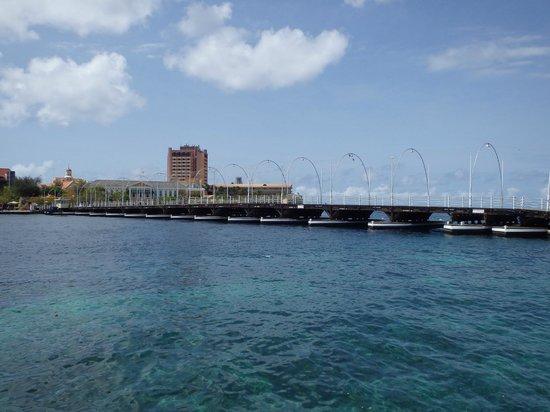 Queen Emma Pontoon Bridge from Otrobanda