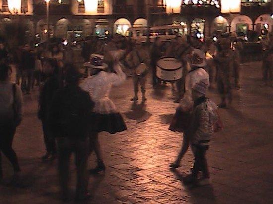 Centro Historico De Cusco: De fiesta por la noche en el Parque Central de Cusco