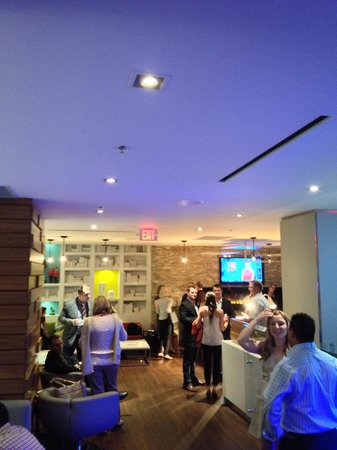 Delta Hotels by Marriott Ottawa City Centre : Bar crowd