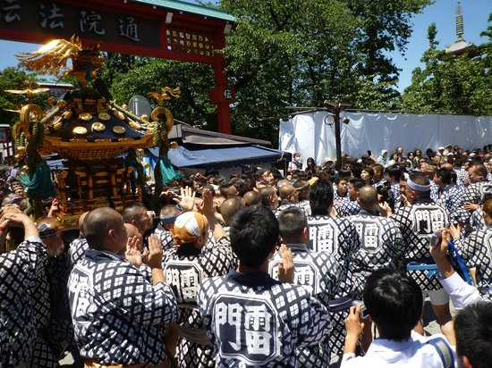 Nakamise Shopping Street (Kaminarimon): 三社祭り