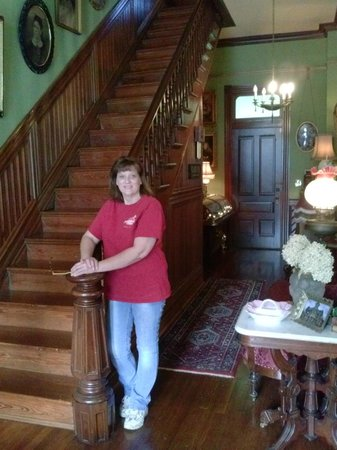 Painted Lady of Columbus Bed and Breakfast : The beautiful staircase at A Painted Lady