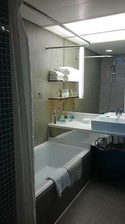 Novotel Hong Kong Nathan Road Kowloon : Shallow Bath