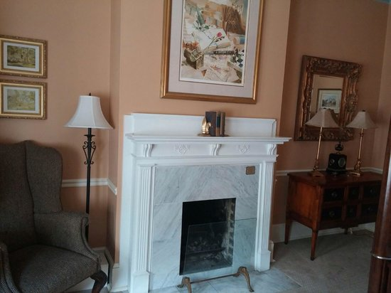 Foley House Inn: Gas fireplace, turned off in April