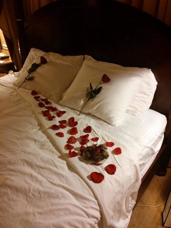 Foley House Inn: Wedding night with rose petals & chocolate.