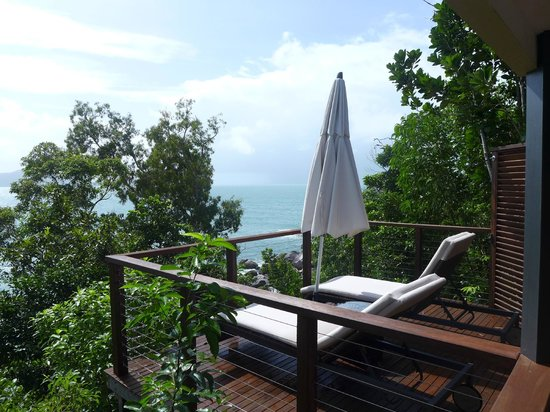 Bedarra Island Resort: Sunlounges and deck of Oceanview Terrace villa
