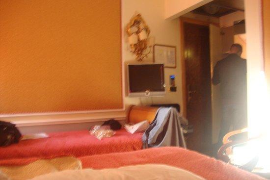 Arlecchino Hotel : Detalho do quarto. a bagunça ficou por nossa conta. o quarto é ótimo.