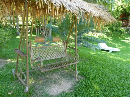 Le Bel Air Boutique Resort: Lovely swing in the garden