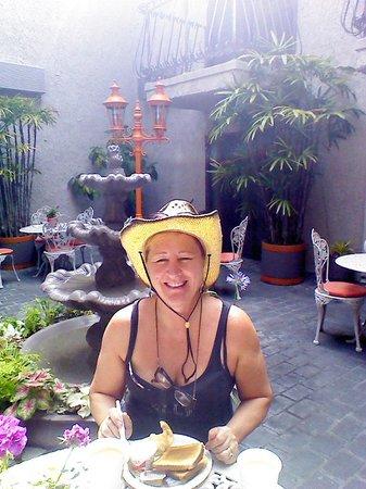 Inn at Venice Beach: Having breakfast in the courtyard.