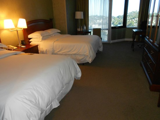 Hilton Los Angeles/Universal City: Room 619 (double queen) beds
