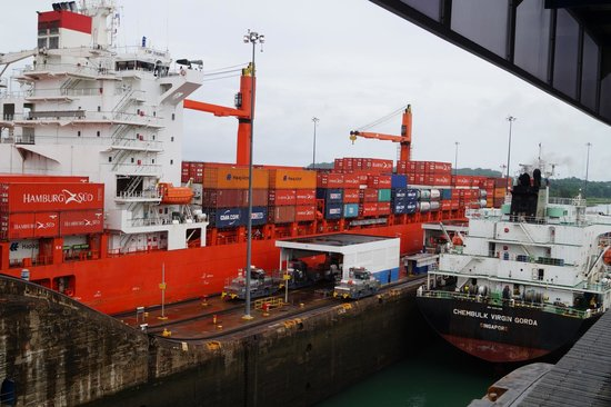 Esclusas del Canal de Panamá: Compare the size of these two ships