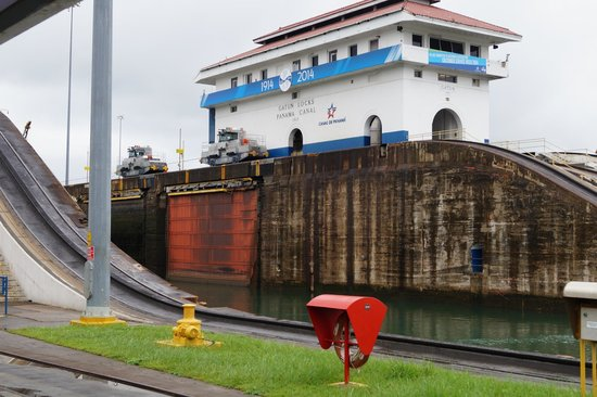 "Esclusas del Canal de Panamá: ""Mules"" steady a Panamax ship through the lock"