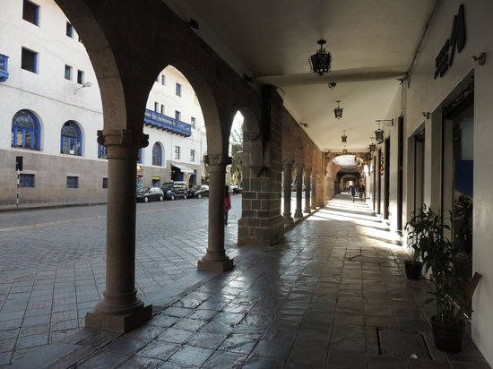 Casa Andina Classic Cusco Plaza: View on the right when exiting hotel entrance