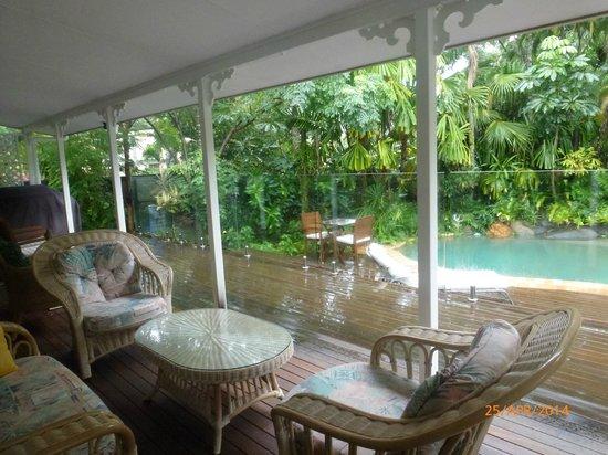 South Pacific BnB Clifton Beach: Verandah and pool area