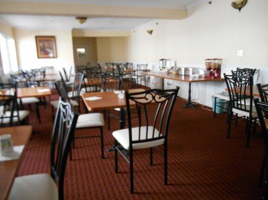 Wilshire Crest Hotel: Breakfast room