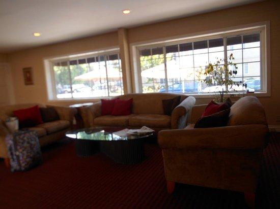 Wilshire Crest Hotel: Lobby windows facing Orange St