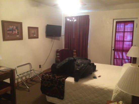 El Rancho Hotel & Motel : Inside room 203