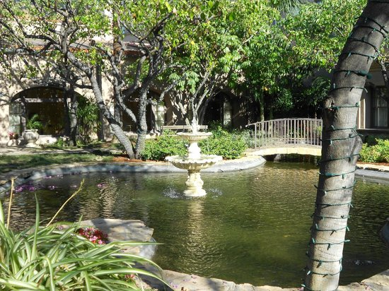The Langham Huntington, Pasadena, Los Angeles: Fountain in the courtyard