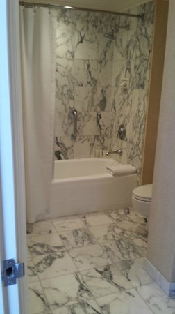 The Langham Huntington, Pasadena, Los Angeles: Nice marble bathroom