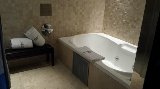 NH Collection Barcelona Tower: Jacuzzi
