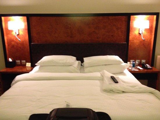Millennium Airport Hotel Dubai : huge bed