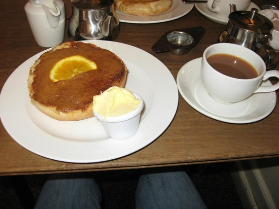 Sally Lunn's Historic Eating House & Museum : Cinnamon Bun with clotted cream