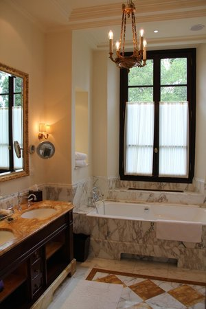 Four Seasons Hotel Firenze: Bathroom of Room 209
