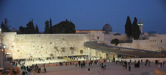 Mur des lamentations : Western Wall Plaza at twilight