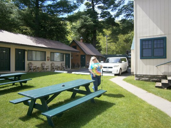 Pine Knoll Lodge & Cabins Inc: The exquisite grounds and some of the rooms nearest the front