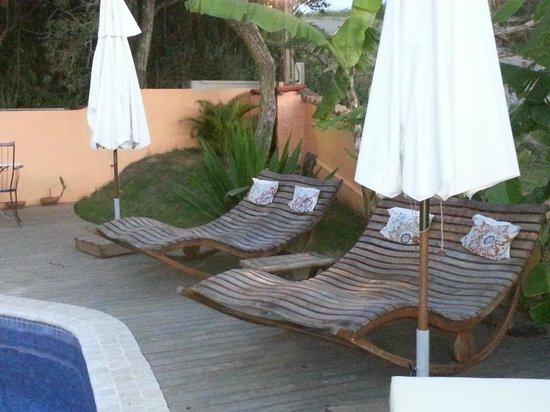 Le Village Buzios Boutique Hotel: Espreguiçadeiras da piscina