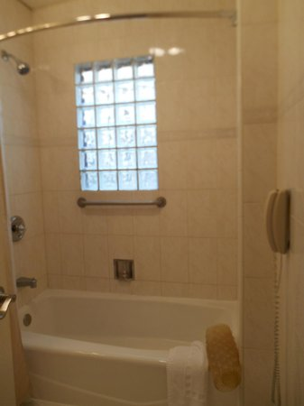 Wilshire Crest Hotel: Tub and Shower