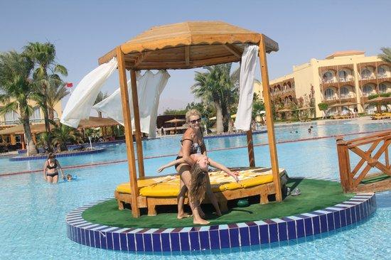 Desert Rose Resort : Беседки в одном из бассейнов
