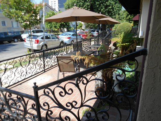 Wilshire Crest Hotel: Outside Patio by Entrance