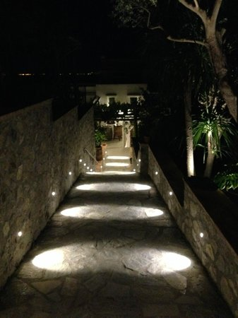 Capri Wine Hotel: The hotel entrance at night