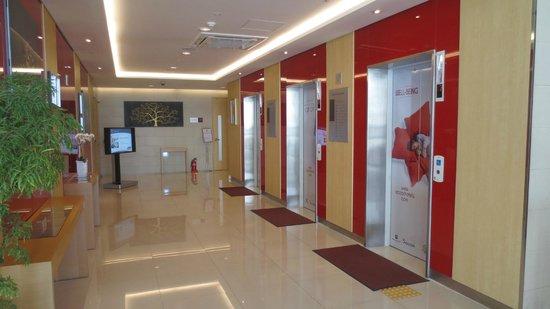 ibis Ambassador Busan City Centre: Lift lobby
