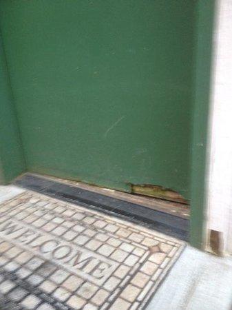 Lopez Islander Resort: rotten front door