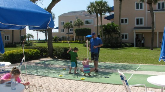 Sand Cay Beach Resort: shuffleboard in courtyard