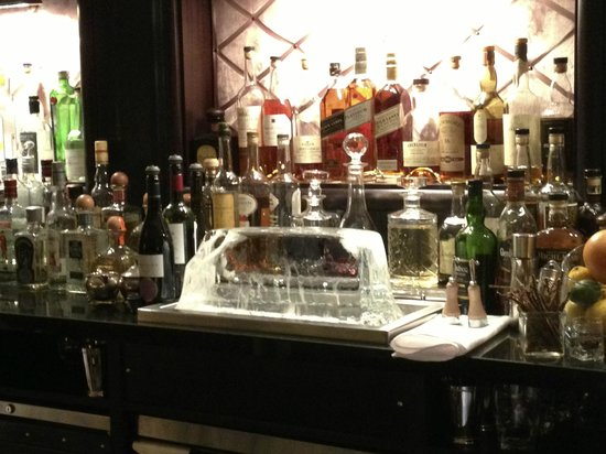 London Marriott Hotel Grosvenor Square: The block ice at The Luggage Room bar...great place for a drink!