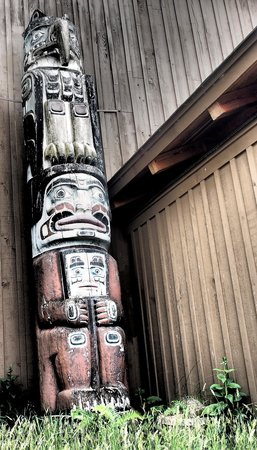 Kwagiulth Museum and Cultural Center: Totem pole by entryway to the museum
