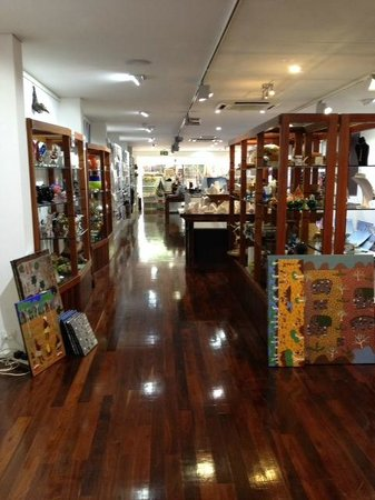 Mbantua Fine Art Gallery: Souvenirs and gifts at Mbantua Gallery Alice Springs.