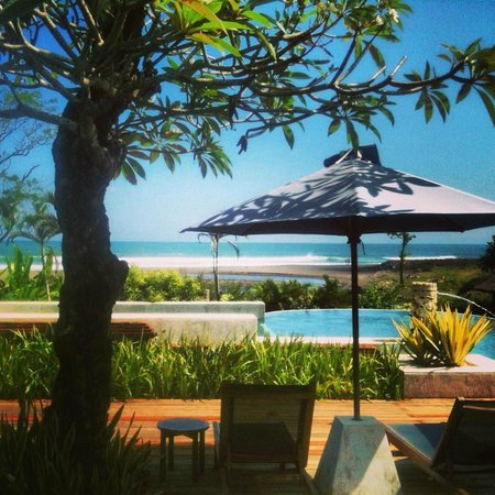 Angin Sepoi Resort: Breakfast view of pool and beach