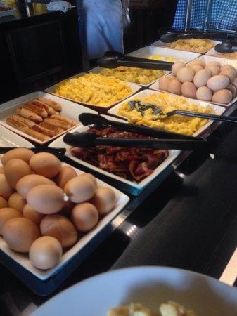 Legian Beach Hotel: Petit déjeuner : buffet