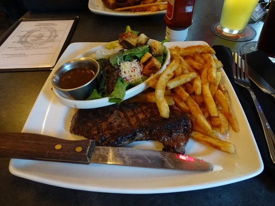 Obed & Isaac's Microbrewery and Eatery: Sirloin Steak mit Fries und Salat mit Balsamico Vinaigrette.