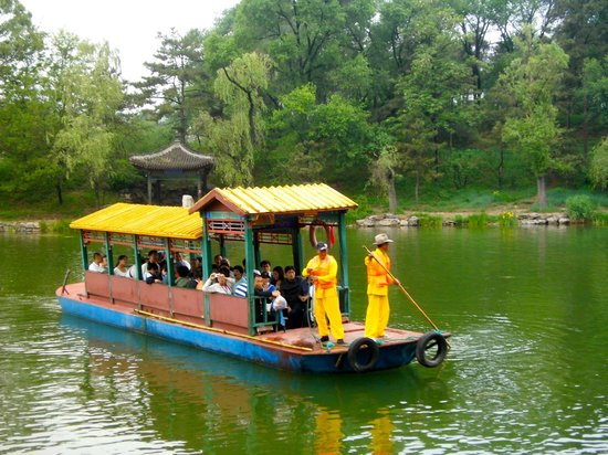 Imperial Summer Palace of Mountain Resort: Strong boatmen row the boat