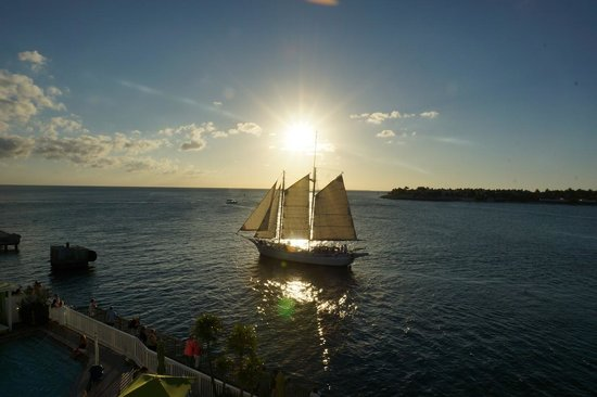 Ocean Key Resort & Spa: バルコニーから見える夕日とヨット