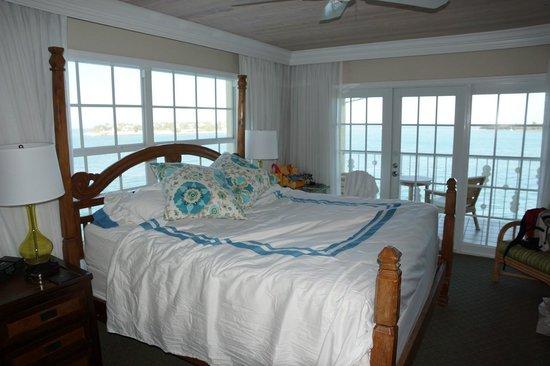 Ocean Key Resort & Spa: 角部屋の窓は明るい