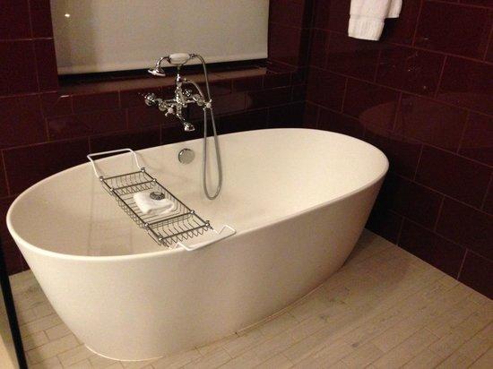 Kimpton Hotel Monaco Philadelphia: Standalone tub