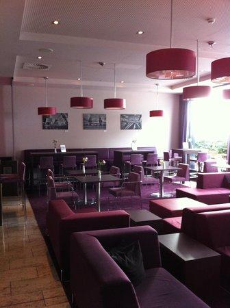 IntercityHotel Berlin-Brandenburg Airport: Breakfast place.