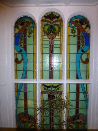 Watersmeet Hotel: Stained glass window in corridor