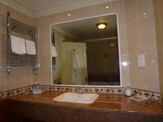Watersmeet Hotel: Spacious bathroom